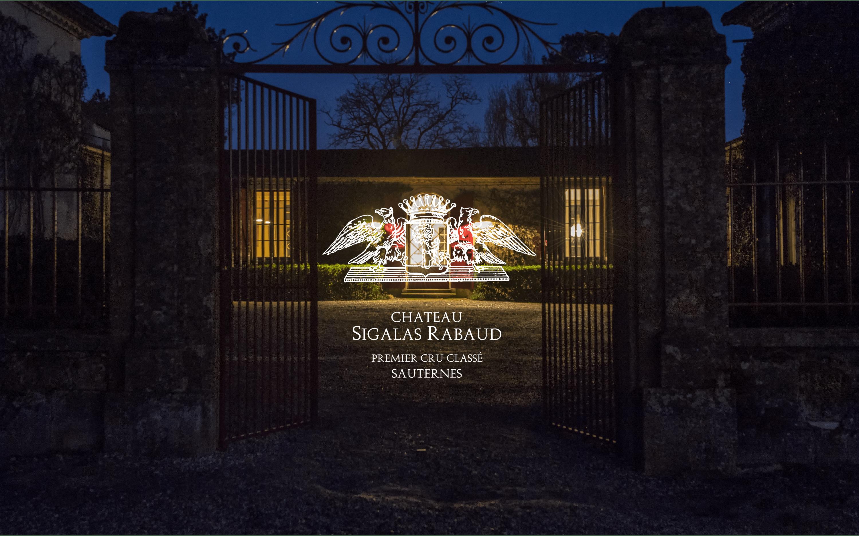 L'entrée du Château Sigalas Rabaud avec le logo.